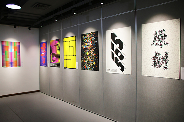 """李佛君为国际平面设计协会联合会成员、方正字库签约设计师、汉仪字库高级合作伙伴。曾获东京TDC年奖、台湾金点设计奖、环球设计大奖、中国之星等奖项。   本次展览的初衷是李佛君从业15年的阶段小结,也是设计师与中原业界的又一次交流和互动。展览现场,荣获国际中英文字体设计大赛评审奖,入选东京TDC年奖的《彦辰欧楷》以及入选""""第二届中国设计大展""""的《朱熹刻宋》等系列汉字设计,成为本次展览最受关注的内容之一。据了解《彦辰赵楷》完整版为本次展览的首发作品。除此之外,一系列品牌设计作品也表现出李"""